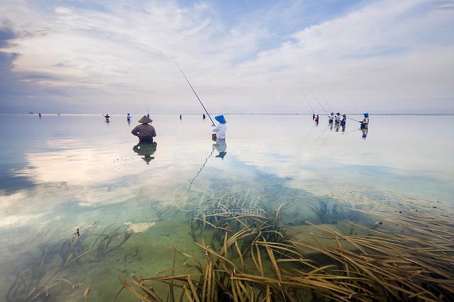 Battuta di pesca a Sanur Beach, spiaggia di Bali. Bali è una delle isole che fanno parte dell'arcipelago indonesiano e ha una superficie di 5561 chilometri quadrati