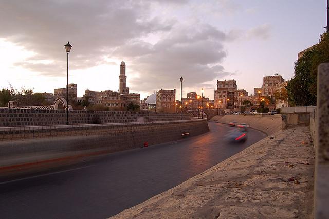 Una strada asfaltata che attraversa la città vecchia della capitale Sana'a, zona patrimonio mondiale dell'umanità secondo l'Unesco